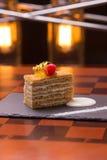 μέλι κέικ που τεμαχίζεται Στοκ Εικόνες