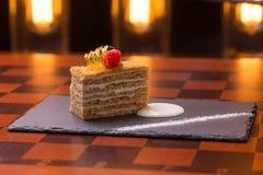 μέλι κέικ που τεμαχίζεται Στοκ Φωτογραφία