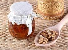 Μέλι και καρύδια στον αγροτικό πίνακα Στοκ Εικόνες