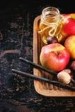 Μέλι, καρύδια και μήλα Στοκ φωτογραφία με δικαίωμα ελεύθερης χρήσης
