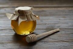 Μέλι με ένα κουτάλι Στοκ φωτογραφίες με δικαίωμα ελεύθερης χρήσης