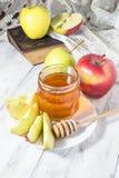 Μέλι με το μήλο για Rosh Hashana Στοκ Εικόνες