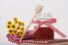 Μέλι στο βάζο σε ένα ξύλινο υπόβαθρο στοκ φωτογραφία με δικαίωμα ελεύθερης χρήσης
