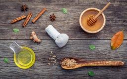 Μέλι συστατικών ιατρικής Ayurvedic και nature spa, βοτανικό comp Στοκ Φωτογραφίες