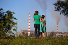 μέλλον έννοιας καπνοδόχων προσοχής αέρα τα κατσίκια της που φαίνονται ρυπογόνες νεολαίες μίσχων μητέρων στοκ φωτογραφίες με δικαίωμα ελεύθερης χρήσης