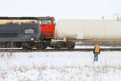 Μέλος του πληρώματος που επιθεωρεί ένα περνώντας τραίνο Στοκ εικόνες με δικαίωμα ελεύθερης χρήσης