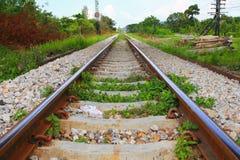 Μήκος διαδρομής σιδηροδρόμων στο αμμοχάλικο για τη μεταφορά τραίνων: Επιλέξτε την εστίαση με το ρηχό βάθος του τομέα: στοκ εικόνες με δικαίωμα ελεύθερης χρήσης