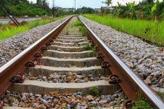 Μήκος διαδρομής σιδηροδρόμων στο αμμοχάλικο για τη μεταφορά τραίνων: Επιλέξτε την εστίαση με το ρηχό βάθος του τομέα: στοκ εικόνα με δικαίωμα ελεύθερης χρήσης