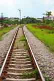 Μήκος διαδρομής σιδηροδρόμων στο αμμοχάλικο για τη μεταφορά τραίνων: Επιλέξτε την εστίαση με το ρηχό βάθος του τομέα: στοκ φωτογραφία