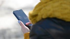 Μήκος σε πόδηα δακτυλογράφησης HD δάχτυλων γυναικών sms απόθεμα βίντεο