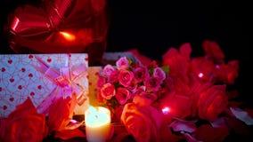 Μήκος σε πόδηα διακοσμήσεων βαλεντίνων του λουλουδιού, των κιβωτίων δώρων, ballon και του καψίματος κεριών απόθεμα βίντεο
