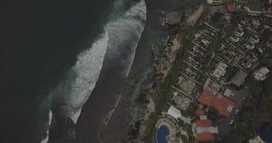 Μήκος σε πόδηα κηφήνων ανατολής ενός ήρεμων απότομου βράχου και μιας παραλίας κοντά στο ναό Uluwatu, Μπαλί, Ινδονησία απόθεμα βίντεο