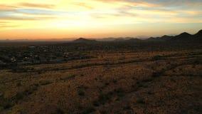 Μήκος σε πόδηα κηφήνων που αυξάνεται επάνω πέρα από την έρημο Sonoran φιλμ μικρού μήκους