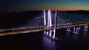 Μήκος σε πόδηα κηφήνων της νέας γέφυρας Tappan Zee, τή νύχτα απόθεμα βίντεο