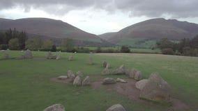Μήκος σε πόδηα κηφήνων του πέτρινου κύκλου Castlerigg στην περιοχή λιμνών, UK απόθεμα βίντεο