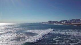 Μήκος σε πόδηα κηφήνων των ωκεάνιων κυμάτων κοντά kamchatka στην ακτή απόθεμα βίντεο