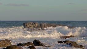 Μήκος σε πόδηα κινήσεων της Νίκαιας με τα μεγάλα κύματα από μια Ισπανία στην παραλία απόθεμα βίντεο