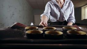 Μήκος σε πόδηα μέσα από το φούρνο Χαμογελώντας, καυκάσιος ζαχαροπλάστης που κατασκευάζει τα επιδόρπια Τοποθέτηση του σχεδίου έξι  απόθεμα βίντεο