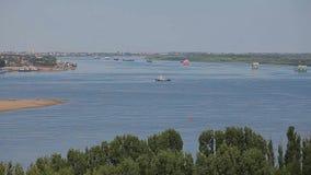 Μήκος σε πόδηα ποταμών βαρκών λιμένων πόλεων του Αστραχάν hd απόθεμα βίντεο