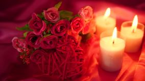 Μήκος σε πόδηα της χρονολόγησης ρομαντικό με το κάψιμο ανθοδεσμών και κεριών λουλουδιών διάνυσμα βαλεντίνων αγάπης απεικόνισης ημ απόθεμα βίντεο