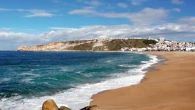 Μήκος σε πόδηα της όμορφης ακτής σε Καλιφόρνια στην ηλιόλουστη ημέρα φιλμ μικρού μήκους