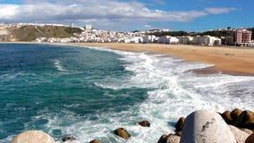 Μήκος σε πόδηα της όμορφης ωκεάνιας ακτής στην ηλιόλουστη ημέρα φιλμ μικρού μήκους