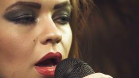 Μήκος σε πόδηα του κοριτσιού αοιδών με τα κόκκινα χείλια φιλμ μικρού μήκους
