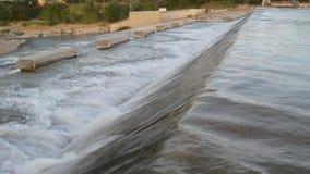 Μήκος σε πόδηα του χαμηλού επικεφαλής φράγματος στον ποταμό Secchia κοντά σε Sassuolo, Μοντένα, 04 29 2018 απόθεμα βίντεο