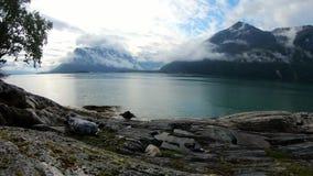 Μήκος σε πόδηα χρονικού σφάλματος Άποψη στην όμορφη λίμνη βουνών στον ηλιόλουστο καιρό απόθεμα βίντεο