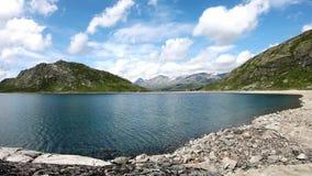 Μήκος σε πόδηα χρονικού σφάλματος Άποψη στην όμορφη λίμνη βουνών στον ηλιόλουστο καιρό φιλμ μικρού μήκους