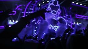 Μήκος σε πόδηα ενός πλήθους που σε μια συναυλία βράχου απόθεμα βίντεο