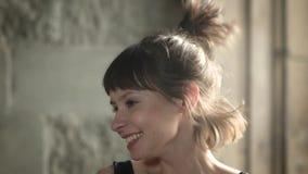 Μήκος σε πόδηα κινηματογραφήσεων σε πρώτο πλάνο ενός ελκυστικού brunette που βρίσκεται σε ένα κάλυμμα και ακούει τη μουσική όμορφ απόθεμα βίντεο
