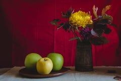 Μήλα ζωής φθινοπώρου ακόμα και λουλούδια φθινοπώρου Στοκ Εικόνες