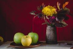 Μήλα ζωής φθινοπώρου ακόμα και λουλούδια φθινοπώρου Στοκ φωτογραφίες με δικαίωμα ελεύθερης χρήσης