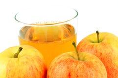Μήλα και ποτήρι του μηλίτη στοκ εικόνα με δικαίωμα ελεύθερης χρήσης