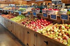 Μήλα και ροδάκινα σε μια τοπική αγορά αγροτών στοκ φωτογραφία