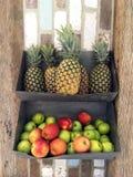 Μήλα και τραχιοί ανανάδες στα δοχεία στο κατάστημα στοκ εικόνα με δικαίωμα ελεύθερης χρήσης