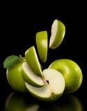 Μήλα και φέτες μήλων Στοκ φωτογραφίες με δικαίωμα ελεύθερης χρήσης