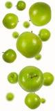 μήλα που πέφτουν πράσινα Στοκ Εικόνες