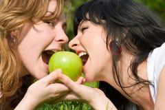 μήλα που τρώνε τις πράσινες όμορφες γυναίκες Στοκ φωτογραφία με δικαίωμα ελεύθερης χρήσης