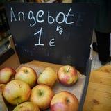 Μήλα σε έναν στάβλο αγοράς Στοκ φωτογραφίες με δικαίωμα ελεύθερης χρήσης