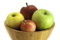 Μήλα σε ένα ξύλινο κύπελλο στο άσπρο υπόβαθρο στοκ φωτογραφία