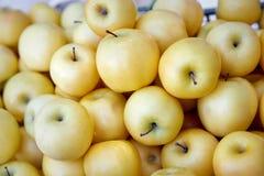Μήλα στην αγορά Στοκ Φωτογραφίες