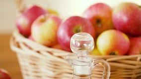 Μήλα στο καλάθι και την κανάτα του χυμού στον πίνακα φιλμ μικρού μήκους