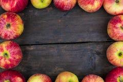 Μήλα στο ξύλινο επιτραπέζιο υπόβαθρο Σκηνικό νωπών καρπών με το κενό διάστημα για το κείμενο Στοκ Εικόνα