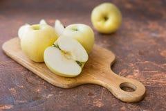 μήλα φρέσκα Άσπρη έκχυση ποικιλίας σε έναν ξύλινο τέμνοντα πίνακα Στοκ φωτογραφία με δικαίωμα ελεύθερης χρήσης