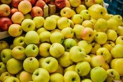 μήλα φρέσκα Φυσικά τοπικά προϊόντα στην αγροτική αγορά Στοκ φωτογραφίες με δικαίωμα ελεύθερης χρήσης