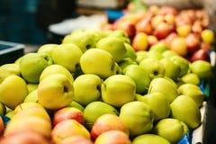 μήλα φρέσκα Φυσικά τοπικά προϊόντα στην αγροτική αγορά Στοκ φωτογραφία με δικαίωμα ελεύθερης χρήσης