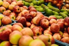 μήλα φρέσκα Φυσικά τοπικά προϊόντα στην αγροτική αγορά Στοκ Εικόνες
