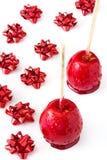 Μήλα Χριστουγέννων καραμελών τις κόκκινες κορδέλλες που απομονώνονται με Στοκ φωτογραφία με δικαίωμα ελεύθερης χρήσης